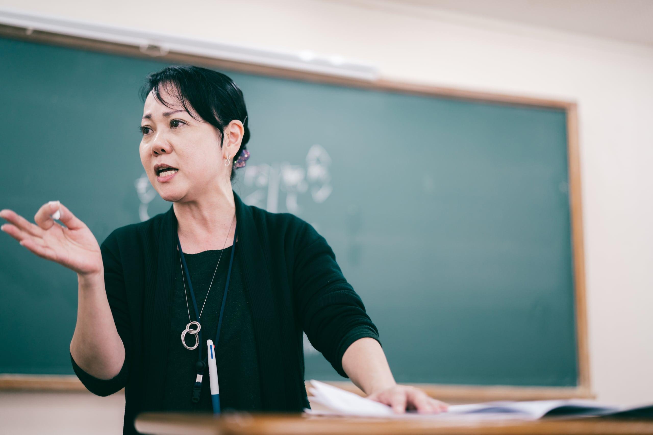 大学受験予備校講師の義村先生の授業の様子。